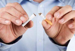 sigaretta spezzata da uomo che ha smesso di fumare